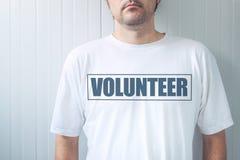 La camisa que llevaba del individuo con la etiqueta voluntaria imprimió en pecho imágenes de archivo libres de regalías