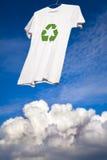 La camiseta con recicla la sequedad de la insignia Fotos de archivo