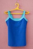 La camiseta de los deportes está en la ropa-suspensión amarilla Imagen de archivo libre de regalías