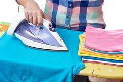 La camiseta de los hombres planchados mujer Imagen de archivo
