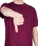 La camiseta del hombre manosea con los dedos abajo imagen de archivo libre de regalías