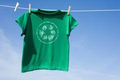 La camiseta verde con recicla símbolo Fotografía de archivo