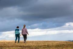 La camminata delle donne esplora i parchi naturali Immagine Stock Libera da Diritti