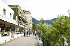 La camminata italiana dei viaggiatori dello straniero e della gente si rilassa sul sentiero per pedoni alla riva del fiume del fi fotografia stock
