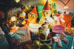 La campana del control de Papá Noel y la vela de la Navidad, los osos de peluche de los pares y el ornamento adornan la Feliz Nav Fotos de archivo libres de regalías