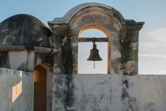 La campana en la torre de guardia en San Francisco de Campeche, México Visión desde las paredes de la fortaleza fotos de archivo libres de regalías