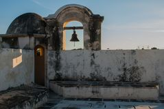 La campana sulla torre di guardia in San Francisco de Campeche, Messico Vista dalle pareti della fortezza fotografia stock
