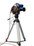 La caméra vidéo numérique de studio professionnel de TV sur le trépied a isolé o Image stock