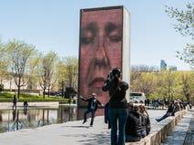 La canalisation danse pour la photo devant la fontaine de couronne, Chicago Photos stock