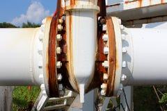 La canalisation en métal blanc s'est rouillée connexion entre deux tuyaux liés avec les vis et les boulons forts multiples à aban photo libre de droits