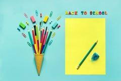 La cancelleria disegna a matita il paperclip del pennello nel cono gelato della cialda immagini stock libere da diritti