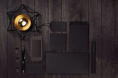 La cancelleria nera in bianco di affari ha messo con il telefono, la tazza di caffè, decorazione dell'oro sulla tavola di legno e Fotografie Stock Libere da Diritti