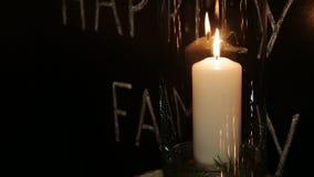 La candela bianca si è accesa alla notte in un vaso archivi video