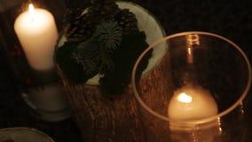 La candela bianca si è accesa alla notte in un vaso video d archivio
