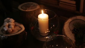 La candela bianca in un vaso si è accesa alla notte stock footage
