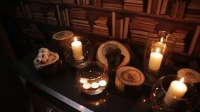 La candela bianca in un vaso si è accesa alla notte nella biblioteca archivi video