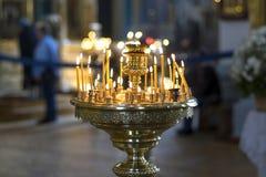 La candela della chiesa brucia sull'altare davanti all'icona ortodossa Fotografie Stock Libere da Diritti