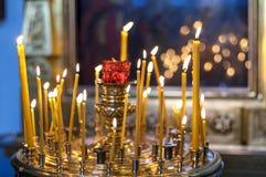 La candela della chiesa brucia sull'altare davanti all'icona ortodossa Fotografia Stock Libera da Diritti