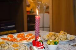 La candela di Natale sulla tavola festiva Fotografia Stock