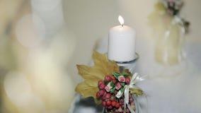 La candela di nozze stava bruciando sulla tavola rustico stock footage