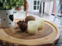 La candela sul vassoio di legno ha Fotografia Stock Libera da Diritti
