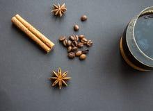 La cannella e l'onyx della tazza di caffè star con i chicchi di caffè Fotografia Stock Libera da Diritti
