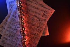 La cannelure transversale et le vieux bleu rouge de musique de feuille ont illuminé le dessus Photos stock