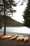 La canoa al lado del lago Imágenes de archivo libres de regalías