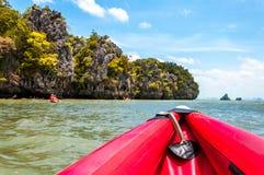 La canoa lungo le rupe e le rocce in Phang Nga abbaiano, la Tailandia fotografia stock