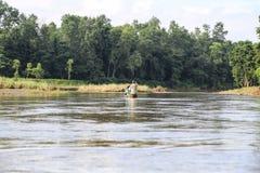 La canoa sul fiume nel Forest Park in chitwan, Nepal immagini stock libere da diritti