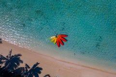 La canoa y los kajaks como la flor en Polinesia cocinan la opinión aérea del paraíso tropical de Island Fotografía de archivo