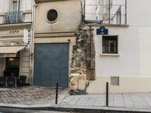 La cantería antigua penetra hacia fuera entre las paredes modernas en la ruda de Cluny, Imagen de archivo