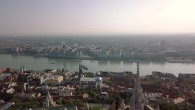 La cantidad aérea Budapest de un abejón muestra el edificio del parlamento overlooing el río Danubio en Budapest central almacen de video