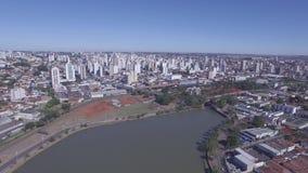 La cantidad aérea de la ciudad del sao Jose hace a Rio Preto en el estado de Sao Paulo en el Brasil En julio de 2016 almacen de metraje de vídeo