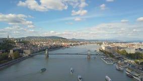 La cantidad aérea de un abejón muestra a Buda Castle histórico cerca del Danubio en la colina del castillo en Budapest, Hungría almacen de metraje de vídeo