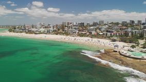 La cantidad aérea del abejón de olas oceánicas en los reyes ocupados vara, Caloundra, Australia almacen de metraje de vídeo