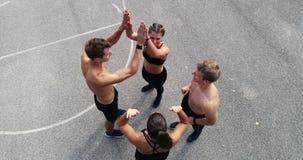 La cantidad aérea, del abejón del grupo de hombres bien entrenados y las mujeres están presentando almacen de video