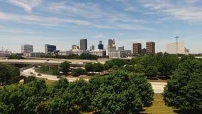La cantidad aérea eleva sobre la Capital del Estado de la carretera Atlanta GA LOS E.E.U.U. almacen de video