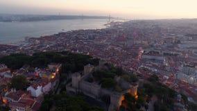 La cantidad aérea iluminó las calles de Lisboa en crepúsculo metrajes