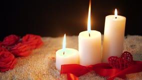 La cantidad de la flor subió, quema de la vela y tarjeta del día de San Valentín de la decoración