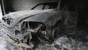 La cantidad de la cacerola de quema el coche en garaje metrajes