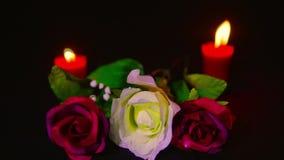 La cantidad de rosas rojas y rosadas florece con la quema roja de la vela Día de tarjeta del día de San Valentín almacen de video