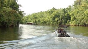 La cantidad del río de Kwai tiró mientras que transportaba en balsa Kanchanaburi, Tailandia almacen de video
