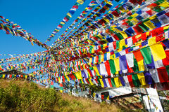 La cantidad enorme de rogación budista señala el adornamiento por medio de una bandera del templo en Nepal Foto de archivo