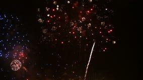 la cantidad 4K del cierre encima del festival colorido real de los fuegos artificiales se enciende para arriba en el cielo en la  almacen de metraje de vídeo