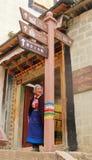 La canzone Lin Temple di canzone ha istruito la strada sotto il monumento che indossa l'attesa nazionale della nonna del costume fotografia stock libera da diritti