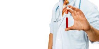 La capa del doctor In White Lab sostiene un tubo de ensayo en su mano Concepto de la medicina de la investigación en asistencia s Fotos de archivo libres de regalías