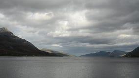 La capa rápida de la nube sobre las montañas majestuosas y el fiordo azul riegan metrajes