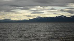 La capa rápida de la nube sobre las montañas majestuosas y el fiordo azul riegan almacen de video