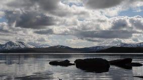La capa rápida de la nube sobre las montañas majestuosas y el fiordo azul riegan almacen de metraje de vídeo